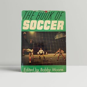 bobby moore eds book of soccer first uk edition 1965 signed img 1965